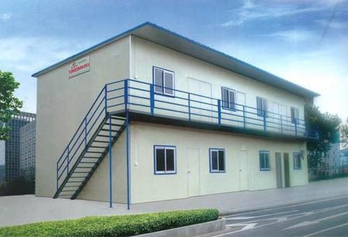 活动板房主体框架是钢结构,墙体和屋顶用复合板材料.